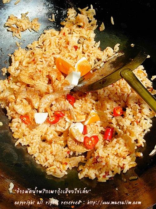 สูตรเด็ดเมนู ข้าวผัดน้ำพริกเผากุ้งเสียบ-ไข่เค็ม