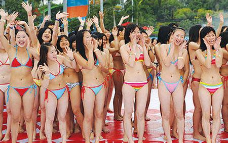 จีนถ่ายภาพหมู่สาว ๆ นุ่งบิกินี่ทุบสถิติโลก