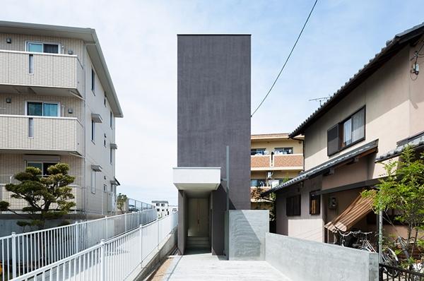 บ้าน 2 ชั้นทรงแคบ ตกแต่งด้วยปูนขัดมัน