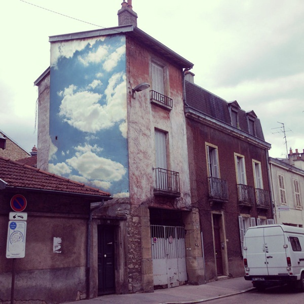 ศิลปินสตรีทอาร์ตพริ้นท์รูปแปะอาคาร เหมือนยกท้องฟ้ามาไว้บนผนังเลย