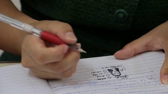 ครูสาวตรวจการบ้านนักเรียน ปั๊มให้คะแนนเป็นภาษาถิ่น เก๋มาก