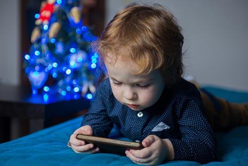 เด็กเล่นสมาร์ทโฟน