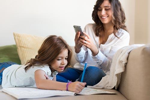 วิจัยชี้ พ่อแม่ติดมือถือมากไป เสี่ยงเกิดปัญหาในครอบครัว