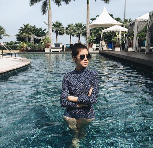 โพสท่าถ่ายรูปชุดว่ายน้ำ
