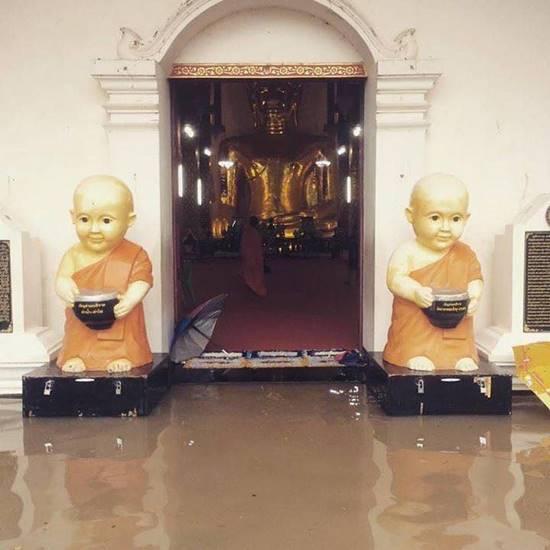 จมบาดาล ! พะเยาเจอฝนถล่ม 6 ชม. น้ำท่วมบ้านเรือน-สถานีขนส่ง รถเข้าไม่ได้
