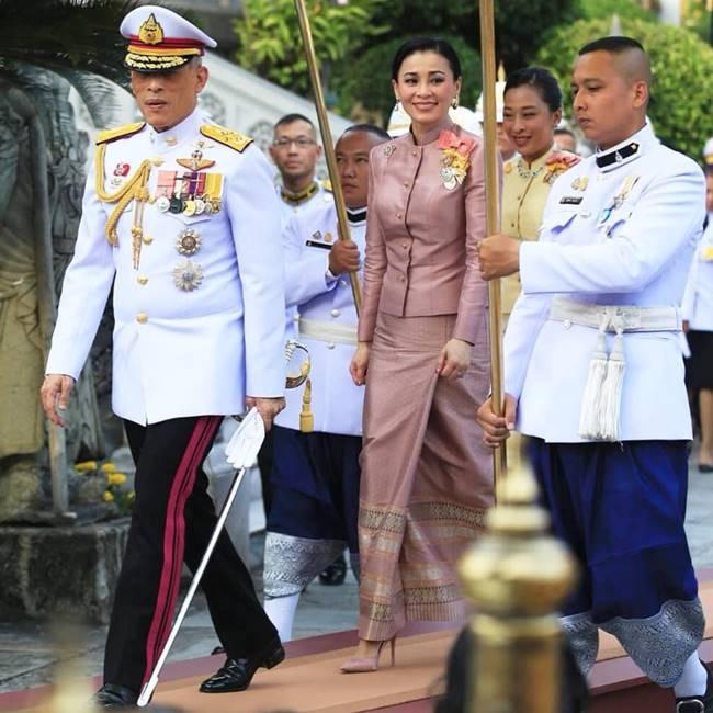 ราชินี: พระบาทสมเด็จพระเจ้าอยู่หัว-พระบรมราชินี เสด็จฯ พระราชพิธี