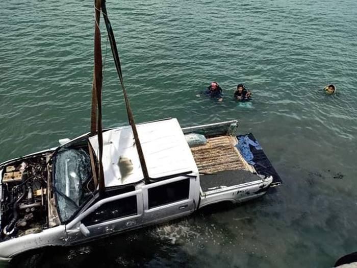 กระบะขับรถพุ่งลงทะเล