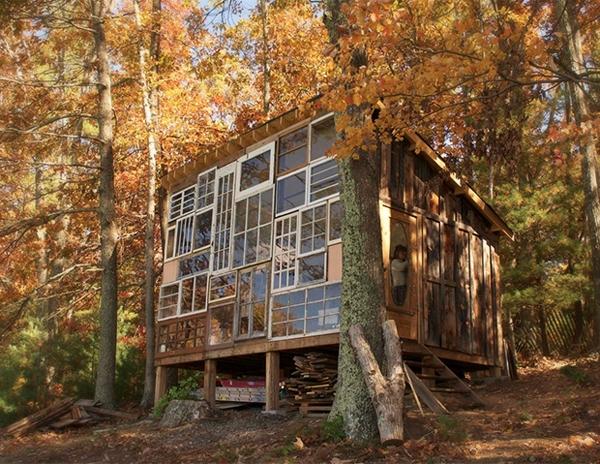 บ้านไม้กลางป่า สร้างจากบานหน้าต่างเก่า