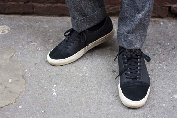 การเลือกชุดสูทกับรองเท้าผ้าใบให้เข้าคู่กัน